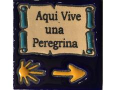 Imán cerámica Aquí vive una Peregrina 5x5 cm